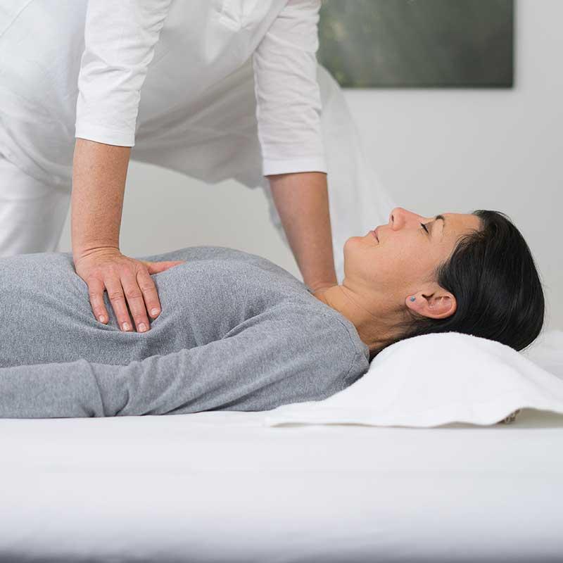 Kundin während Shiatsu Behandlung Shiatsu Praxis Koppl
